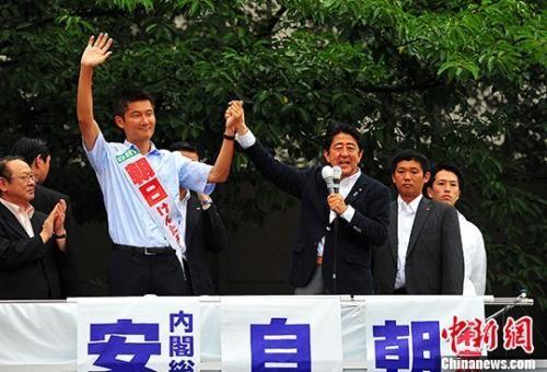 资料图:2016年7月9日,日本首相安倍晋三在东京的中野车站为自民党的候选人站台拉票。 中新社记者 王健 摄
