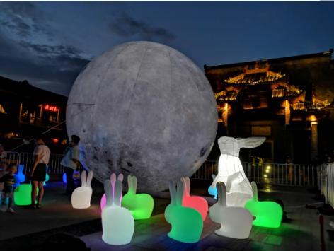 展陈在汉口里的超级月亮和玉兔