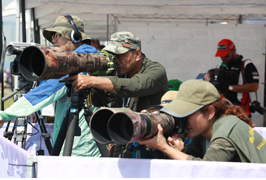 """国际媒体驾起""""长枪短炮""""捕捉赛场镜头 李富华 摄"""
