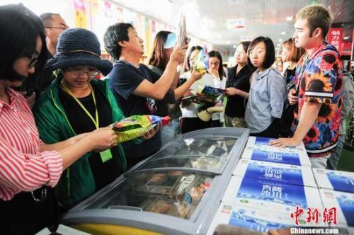 资料图:游客在电商园内选购产品。 中新网记者 富宇 摄
