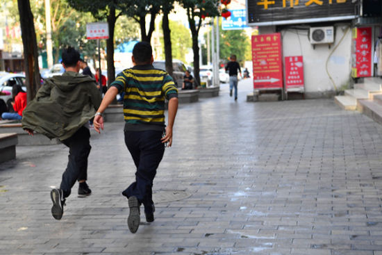 发现涉恶犯罪嫌疑人, 恩施市公安局民警下车追捕。