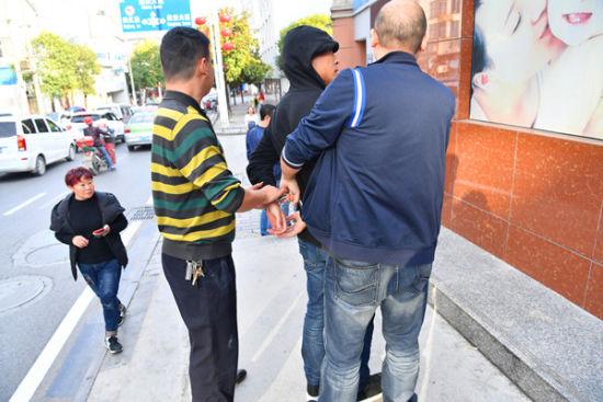 追击50米,民警当街将犯罪嫌疑人擒获。