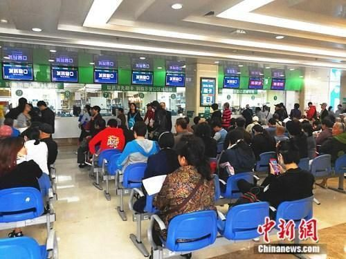 资料图:北京一家社区医院在挂号大厅显著位置放置医改重点内容介绍以及药品价格对比表。杜燕 摄
