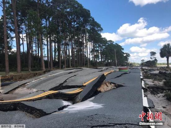 """4级飓风""""迈克尔""""10日从美国佛罗里达州北部沿海地区登陆后,狂风和暴雨给美国东南沿岸各州带来大面积破坏。美媒报道称,""""迈克尔""""对佛罗里达州造成了大面积破坏。折断的树枝、被连根拔起的树木及散落的电线随处可见,有的房屋屋顶被风掀起或者被刮倒的树木砸坏。"""