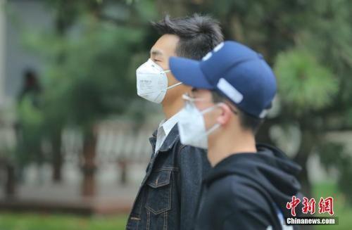 10月15日8时,北京民众戴口罩防护出行。中新社记者 杨可佳 摄