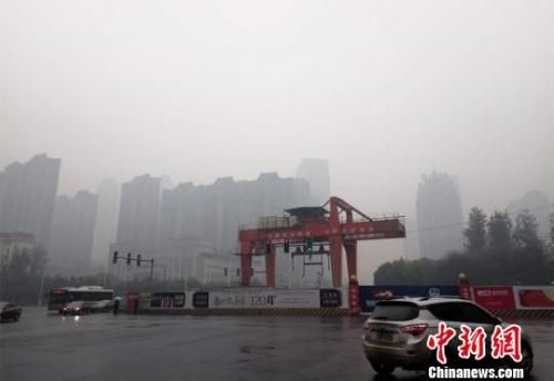 资料图:2017年11月7日,江西省南昌市空气污染指数持续超过200,达到重度污染。 王剑 摄