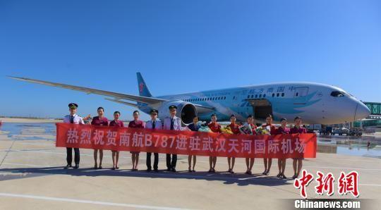 图为,武汉天河机场首次迎来波音787客机进驻 兰龙辉 摄