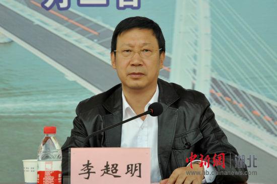 党委书记李超明主持报告会