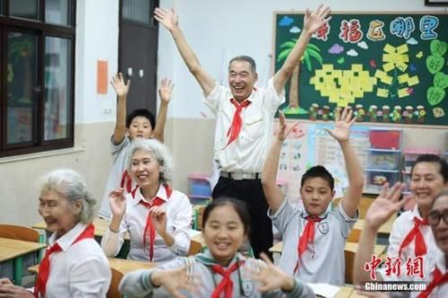 资料图:老人们在教室内和孩子们玩的不亦乐乎。泱波 摄