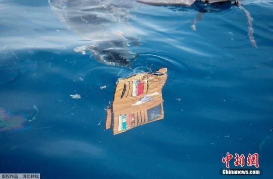 资料图:当地时间10月29日,印尼西爪哇省,印尼狮航空难坠海水域,遇难者遗物漂浮在海面上。10月29日,印尼一架编号为JT610的狮航飞机从雅加达飞往邦加槟港,起飞后在卡拉望地区附近坠海。印尼国家搜救局发言人表示,此次坠机事件无人生还。