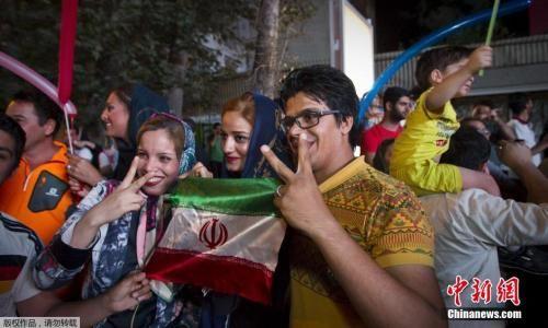 资料图:2015年7月,伊朗民众庆祝伊核问题谈判达成全面协议。