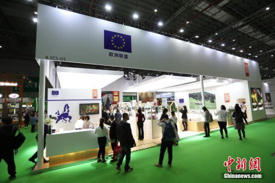 11月6日,首届中国国际进口博览会欧盟展位在上海揭幕,展位上欧盟多国带来了厨艺表演、美食品尝等推介活动,吸引参观者驻足。中新社记者 张亨伟 摄