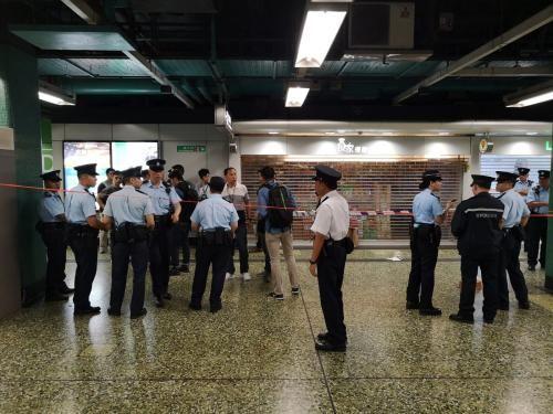 香港警方到场调查。图片来源:香港《星岛日报》网站