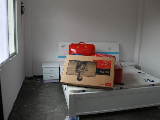 民警为罗伦高捐赠的新床