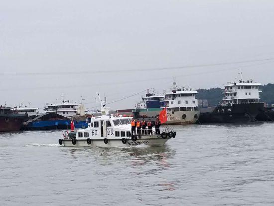 民警在两坝间水域开展水上巡逻执勤