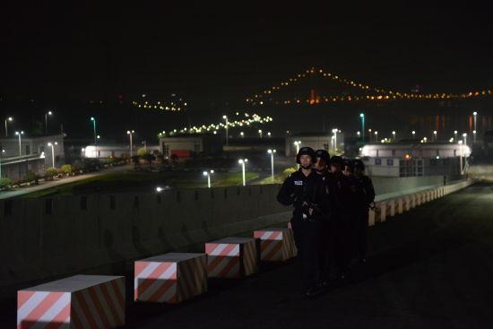 在三峡船闸开展夜间巡逻