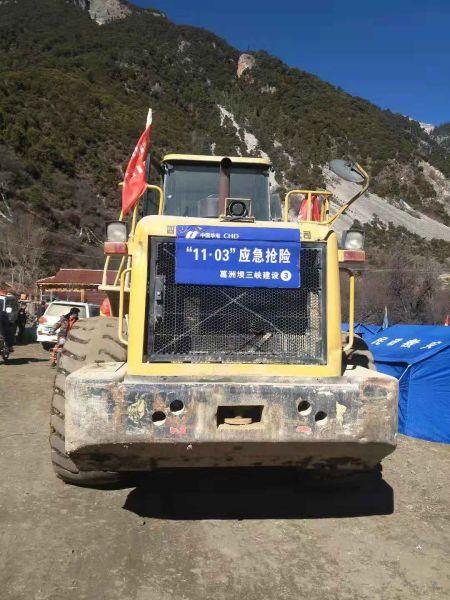 中国能建葛洲坝集团组织装载机转运物资 钟建彬 摄
