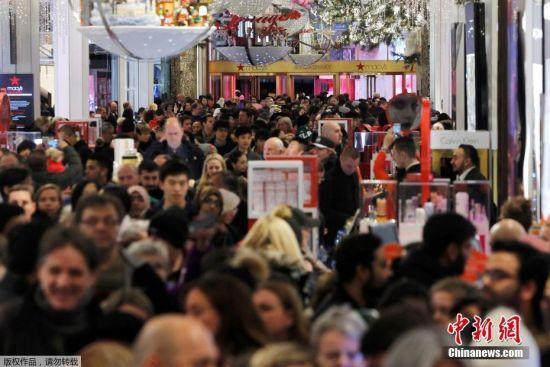 """资料图:美国纽约,消费者涌入曼哈顿梅西百货,迎接""""黑色星期五""""血拼日。"""
