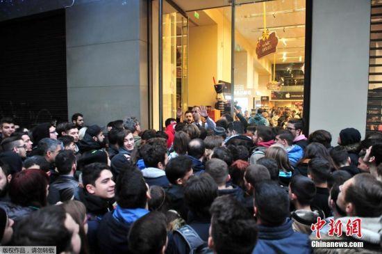资料图:众多消费者拥堵在卖场门口,等待商店开门。