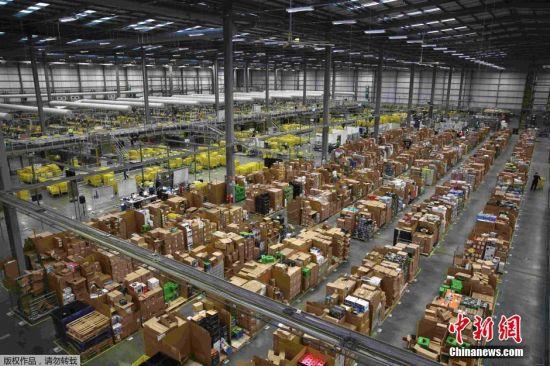 """亚马逊仓储物流中心为""""黑色星期五""""准备货物。"""