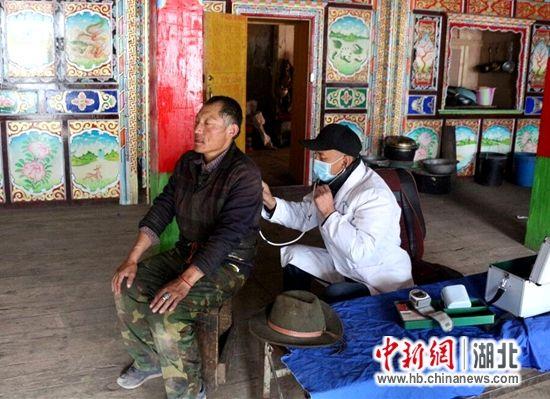 杨医生深入藏民家中义诊