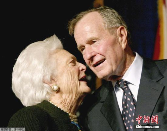 资料图:老布什和妻子芭芭拉。