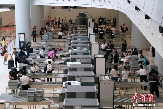 资料图:西九龙站内人头攒动,抵港和离港乘客络绎不绝。中新社记者 张炜 摄