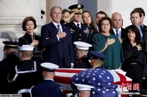 当地时间2018年12月3日,美国前总统老布什的灵柩送抵美国国会大厦。老布什之子,美国前总统小布什参加灵柩安放仪式。