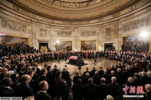 """美国历史上,只有33名逝者的遗体摆放在国会大厦圆形大厅内供人们瞻仰,包括从""""一战""""到""""越战""""期间的11位总统以及不知名士兵。"""