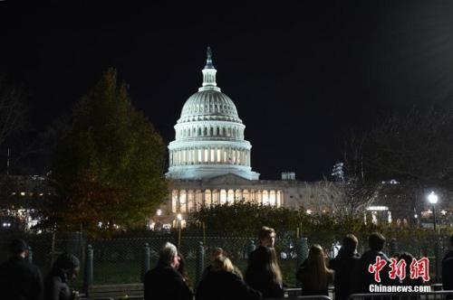 美国民众前往国会,瞻仰老布什灵柩。中新社记者 陈孟统 摄