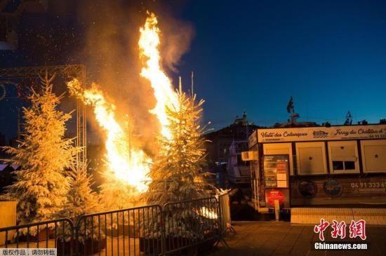 资料图:当地时间12月4日,法国政府决定暂停调涨燃料税,但抗议者仍然在社交平台发布第4轮周末示威倡议,准备发动更大规模的抗议活动。图为抗议活动中街头的圣诞树被点燃。
