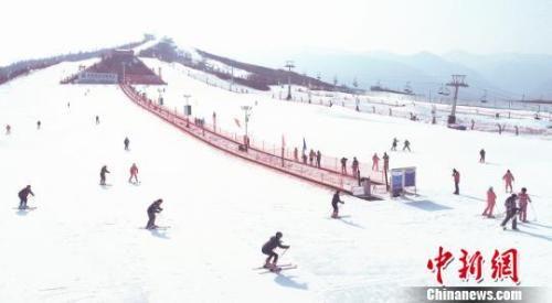 资料图:滑雪爱好者在滑雪。 史有东 摄