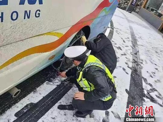 湖北各地公安机关为群众出行保平安 湖北省公安厅 摄