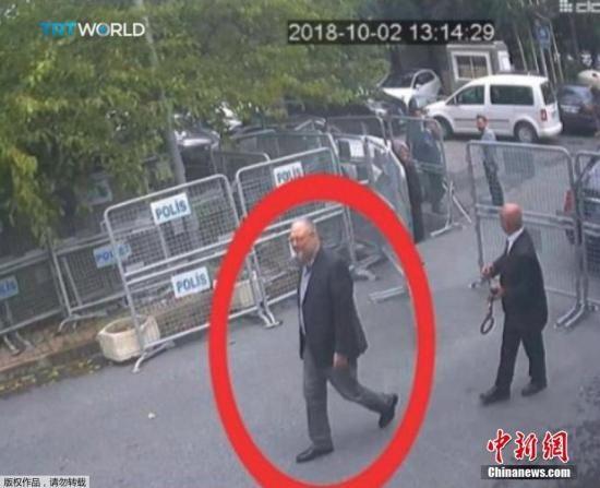 一名男子(右)穿着卡舒吉衣服,假扮成他。