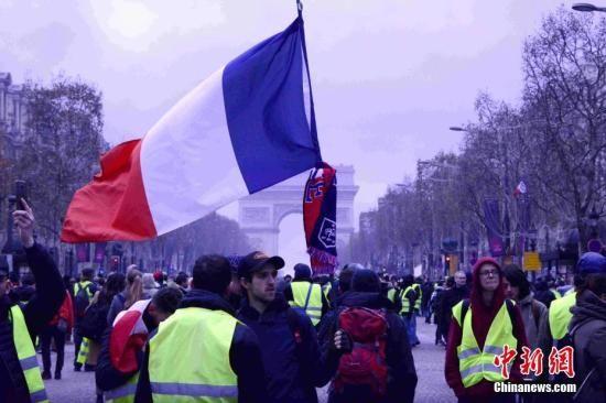 当地时间12月8日,巴黎发生新一轮大规模示威。这是巴黎连续第三个周六发生大规模示威,数以千计民众走上街头抗议。中新社记者 李洋 摄