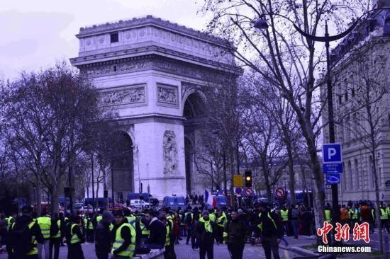 当地时间12月8日,巴黎发生新一轮大规模示威。这是巴黎连续第三个周六遭遇大规模示威,数以千计民众走上街头抗议。凯旋门附近戒备森严,大批示威者与警察在凯旋门附近对峙。中新社记者 李洋 摄