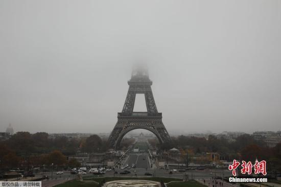 资料图:法国巴黎的标志性建筑埃菲尔铁塔被大雾笼罩。