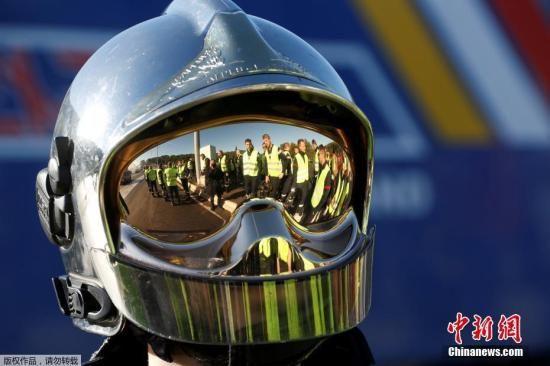 图为一名戴头盔的抗议者。