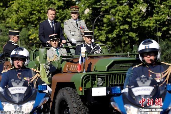 资料图:法国总统马克龙检阅士兵。