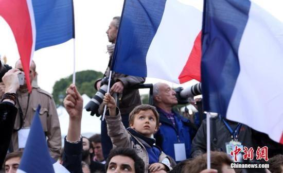 图为马克龙的支持者在庆祝胜选的集会上挥旗。 中新社记者 龙剑武 摄