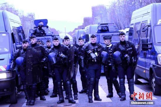 当地时间12月8日,巴黎发生新一轮大规模示威。这是巴黎连续第三个周六发生大规模示威,数以千计民众走上街头抗议,大批法国警察被部署在街头。中新社记者 李洋 摄