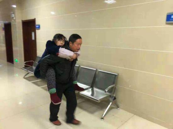 民警将病人送进医院