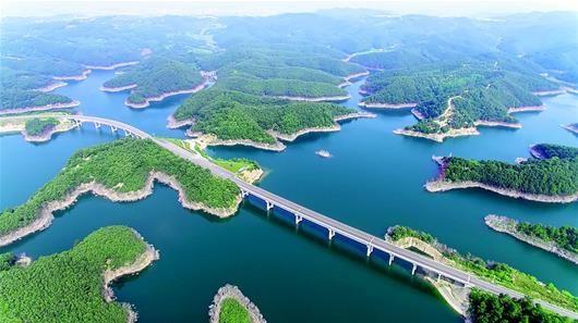 图为:南水北调中线工程丹江口库区水源地生态环境良好。