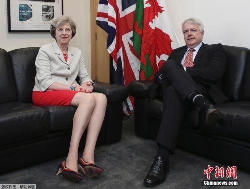 资料图:当地时间2016年7月18日,英国卡迪夫,英国新任首相特蕾莎・梅与威尔士第一大臣卡因・琼斯(Carwyn Jones)会面。特蕾莎・梅穿红色短裙配彩色手镯,一双大长腿十分抢镜。