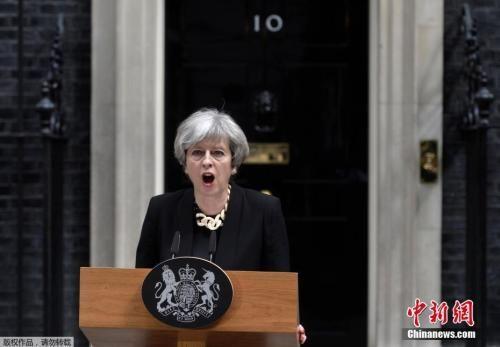 资料图:当地时间2017年6月4日,英国伦敦,英国首相特蕾莎・梅在唐宁街10号发表声明她表示,三名嫌犯均身着伪造的自杀式袭击背心,目的是为了制造恐慌。恐怖分子正在互相模仿,英国不会让恐怖主义有生存空间。英国大选活动将在明天恢复进行。