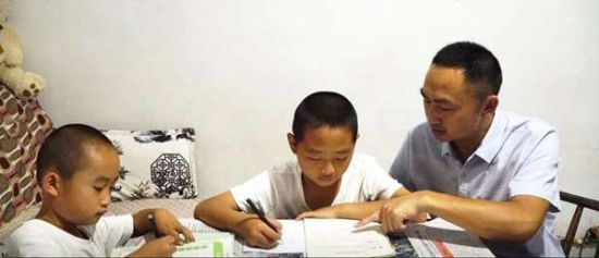 白茂华指导孩子们学习