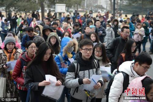 资料图:图为北京2017年全国硕士研究生招生考试开考。 图片来源:视觉中国