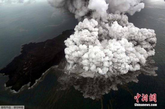 此次海啸被认为是喀拉喀托火山喷发引起。喀拉喀托岛是多次火山喷发形成的火山岛群,最高海拔800多米,水上面积大约10.5平方千米。据记载1883年喀拉喀托火山大爆发就曾引发大海啸,据称当时摧毁了数百个村庄和城市,造成三万多人遇难。