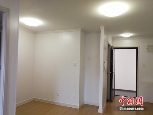 图为北京郭公庄家园(北区)40平米左右公租房的室内。中新网记者 邱宇 摄