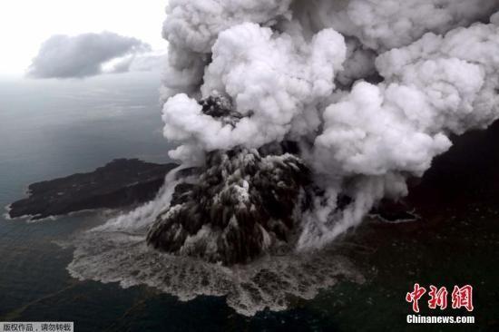 """印度尼西亚气象部门称,""""喀拉喀托之子""""火山西南面山坡22日崩塌,山崩范围约64公顷,相当于90个标准足球场大小。"""